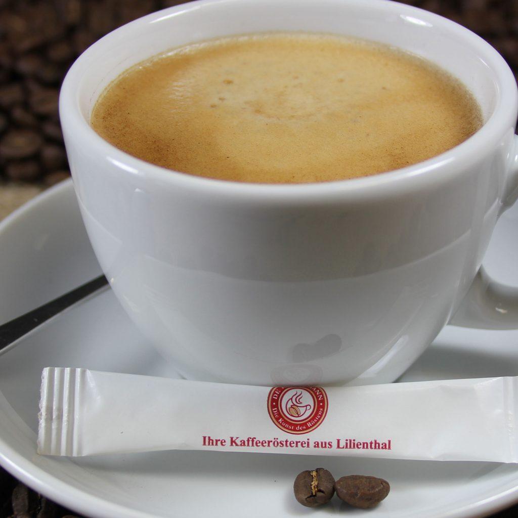 Tasse Kaffee mit Zuckertüte