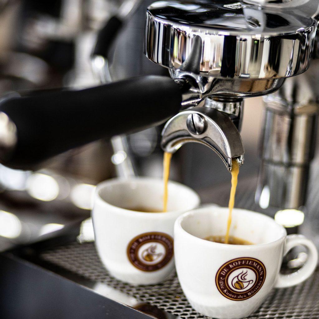 Kaffee läuft in Tassen