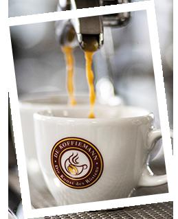 Kaffee läuft in eine Tasse