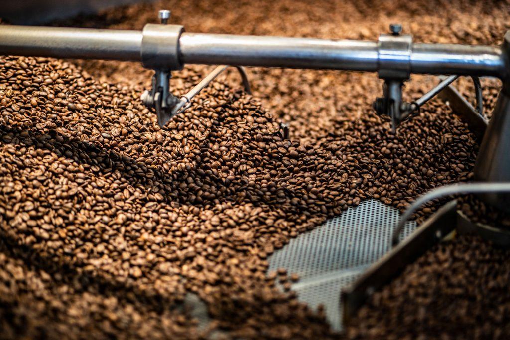 Nahaufnahme Kaffeekühler mit Bohnen