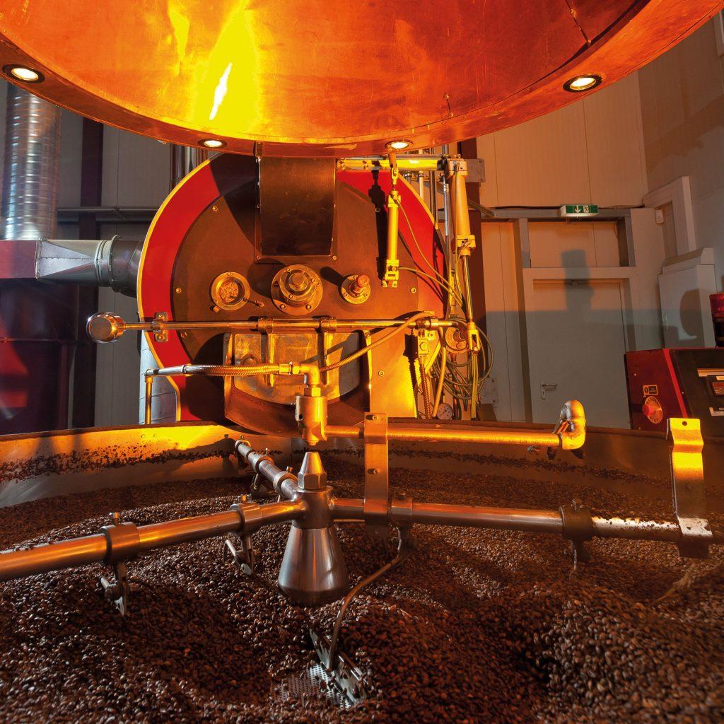 Kaffeekühler mit frisch grösteten Bohnen